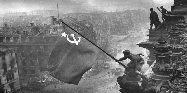ВИКИНУЛИ З ІСТОРІЇ І ЗАБУЛИ: Прапор Перемоги над Рейхстагом піднімали українці